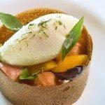 """La """"tartelette"""" garnie d'aubergine """"rafraîchie"""", pêche et sorbet brugnon, une crème glacée au mélilot"""