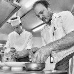 En cuisine, dressage des plats. Félicien à gauche, et Guillaume Viala, le chef étoilé du Restaurant Le Belvédère à Bozouls.